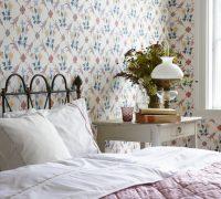 При оформлении небольшой спальни важно учитывать, что обои с повторяющимся мелким рисунком могут визуально сделать комнату меньше