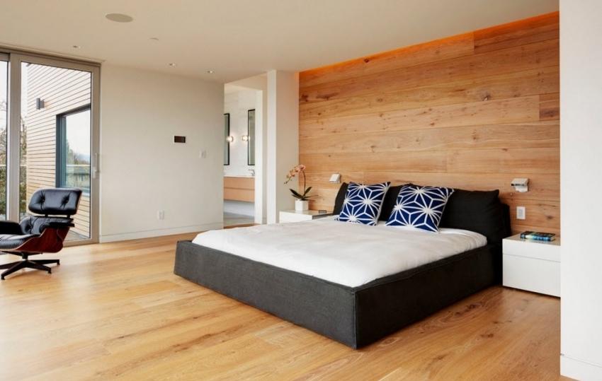 Комбинирование обоев позволяет подчеркнуть выгодные зоны спальни