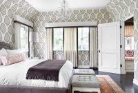 Для спальни можно использовать обои светлых оттенков с серым рисунком или орнаментом