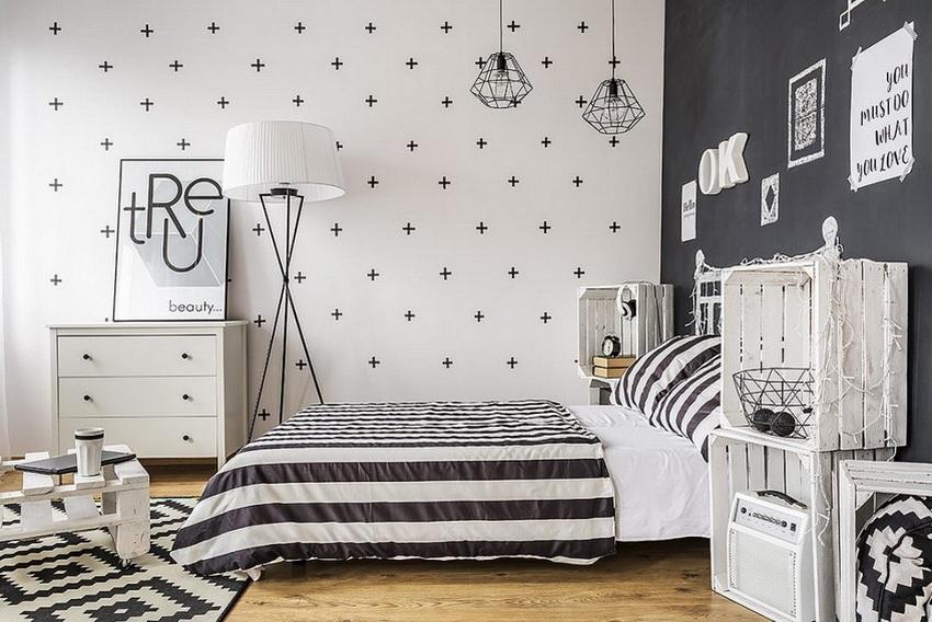 Оформление спальни в монохромной гамме требует комбинирования отделки стен для того, чтобы интерьер был гармоничным