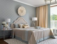 Серые обои с золотым орнаментом можно использовать для оформления интерьера в классическом стиле