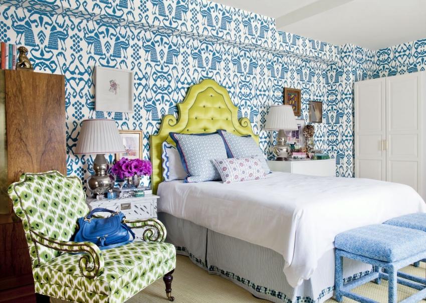 Пример использования разноцветной мебели в интерьере спальни