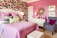 При выборе оттенка обоев для спальни, стоит обратить внимание на продолжительность солнечного дня в комнате