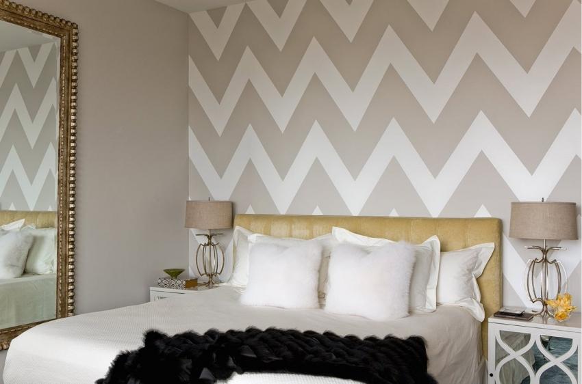 Для красивой отделки спальной комнаты можно использовать несколько разных видов обоев
