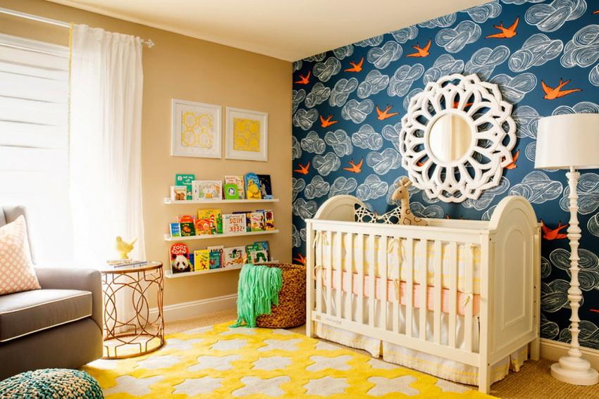 Пример использования контрастных ярких обоев для акцентной стены детской комнаты