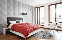 С помощью обоев можно выгодно подчеркнуть зону отдыха в спальной комнате