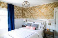 Обои с золотым орнаментом удачно сочетаются со светлой мебелью и ярким контрастным текстилем