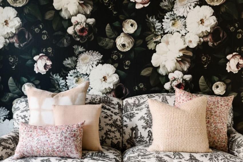 Текстильные обои очень приятны на ощупь и часто используются для отделки спальных комнат