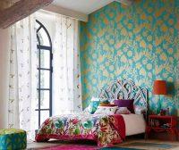 Обои с золотым орнаментом используются для оформления спальни в восточном или классическом стиле