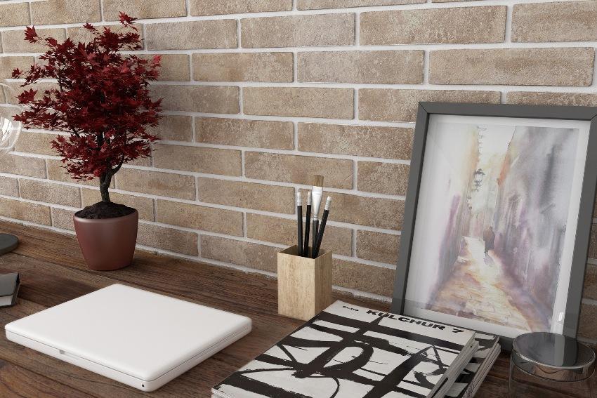 Плитка под кирпич песочного цвета с белой затиркой для швов