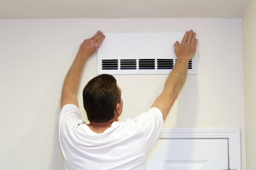 Неудовлетворительная работа системы естественной вентиляции в помещении является причиной появления конденсата на окнах