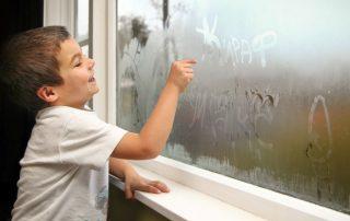 Почему в квартире потеют пластиковые окна изнутри: причины и их устранение
