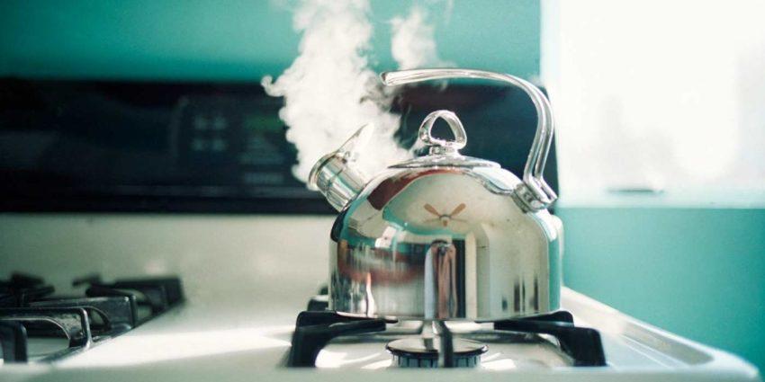 Приготовление пищи всегда вызывает повышенную влажность воздуха, по этой причине на поверхности стекол образуется конденсат