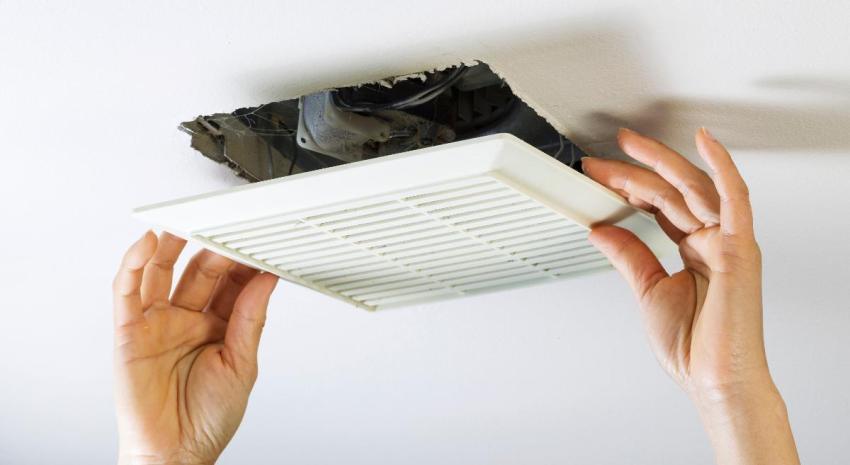 Когда появляется конденсат на окнах - рекомендуют проверить центральную вентиляцию в помещении