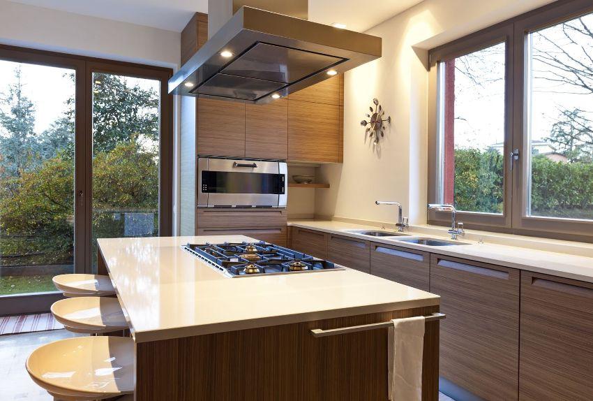 Чтобы устранить проблему запотевания окон на кухне, нужно установить качественную вытяжку над варочной поверхностью