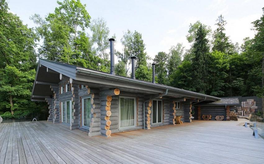 Загородный дом из бруса можно спроектировать с максимальным удобством, например со встроенной баней и гаражом