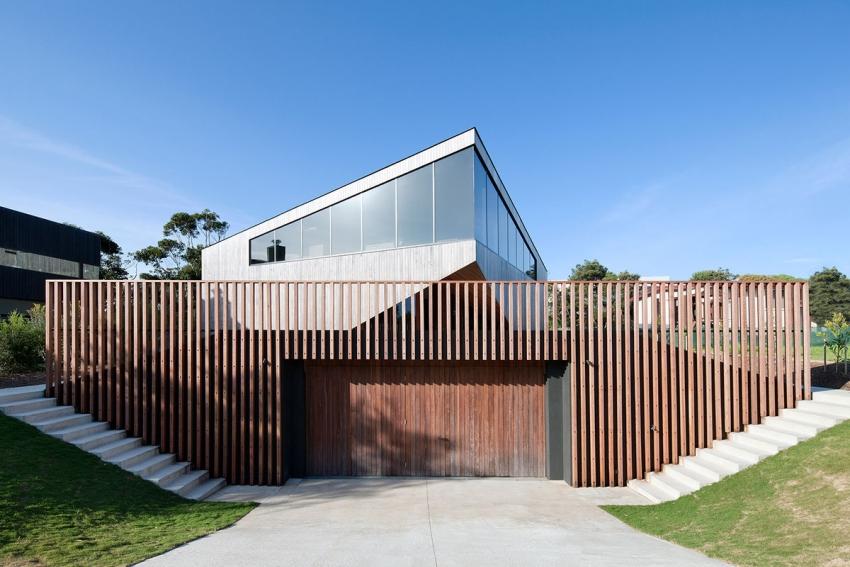 Пример стильного и практичного размещения гаража перед домом