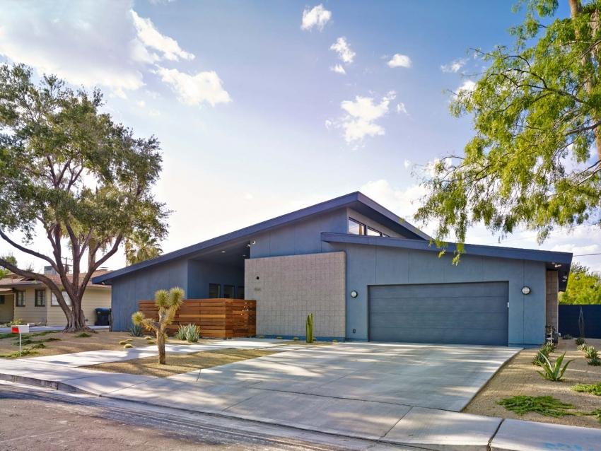 Боковой наземный гараж считается одним из самых практичных и удобных вариантов размещения подсобного помещения для машины