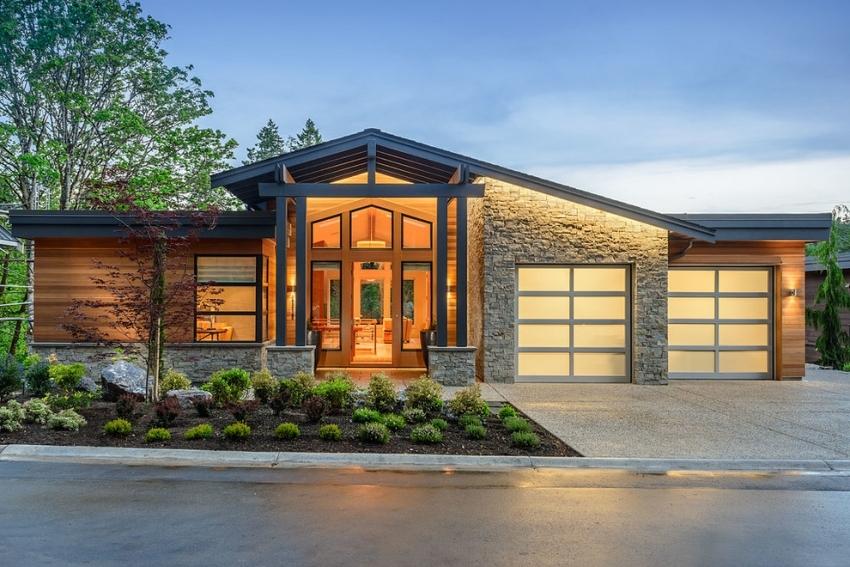 Наличие гаража в доме может привести к возникновению «островков холода», поэтому крайне важно уделить должное внимание утеплению здания