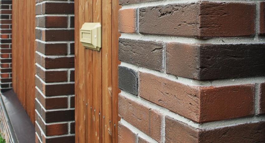 Кирпич по праву считается одним из наиболее востребованных строительных материалов