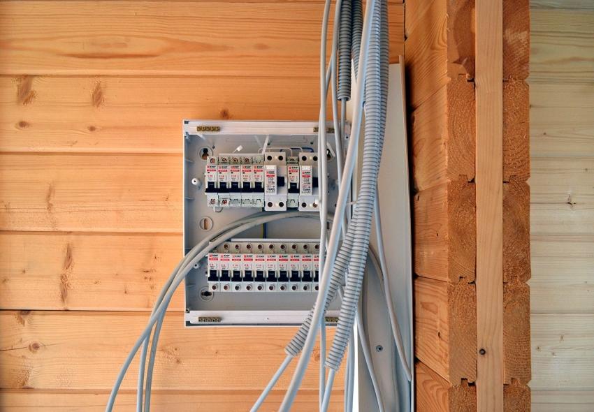 При проведении электричества в баню важно придерживаться правил пожаробезопасности и установки электрооборудования