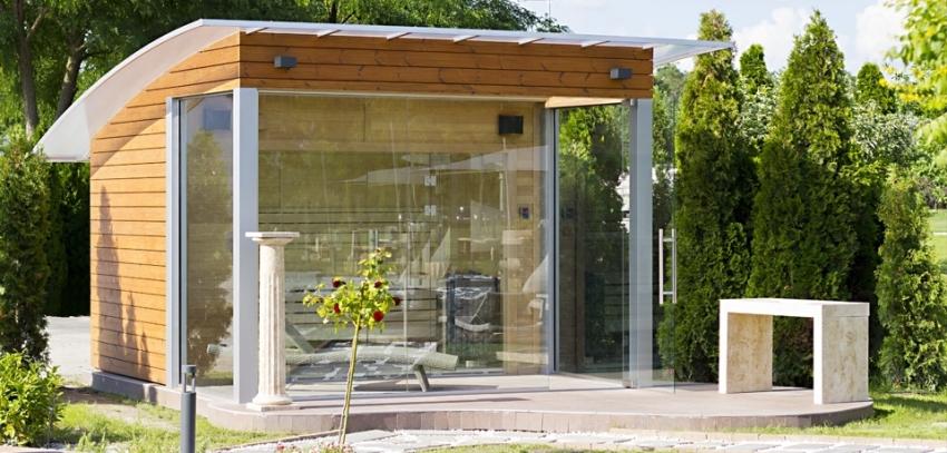 Пример компактной бани для частного дома с панорамными окнами