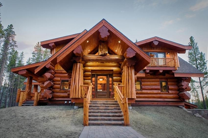 Строительство двухэтажной бани с трассой из деревянного бруса требует закладки прочного фундамента