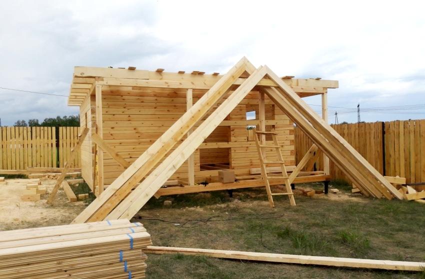 Тип мансардной крыши следует продумать еще на этапе планировки, чтобы рассчитать будущую нагрузку на фундамент и стены бани