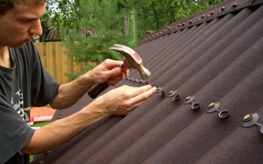 Процесс монтажа ондулина с помощью шиферных гвоздей к деревянной обрешетке