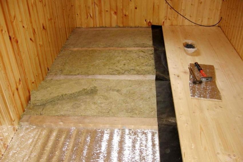 Монтаж и изоляция пола осуществляется согласно правилам и рекомендациям специалистов по отделке полового покрытия для бани