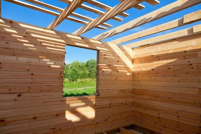 Выбор типа бруса для строительства бани определяет срок усадки здания а также необходимость в проведении дополнительных мер по защите древесины от негативных влияний
