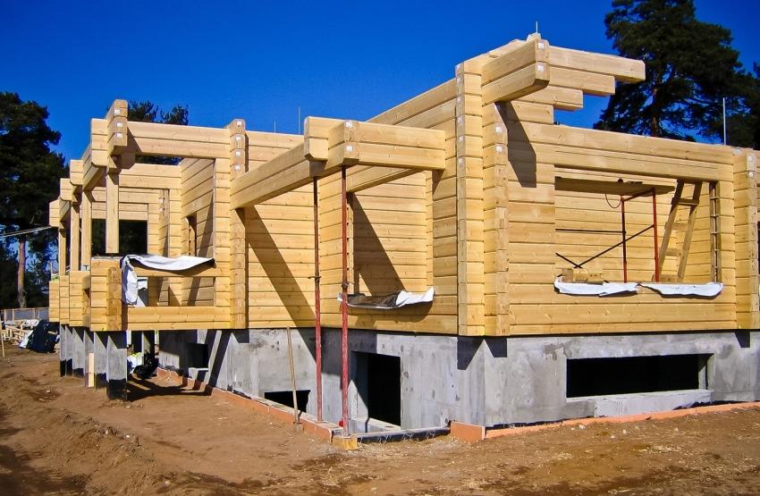 Фундамент для дома из бруса необходимо выбирать исходя из параметров здания и геологических данных местности