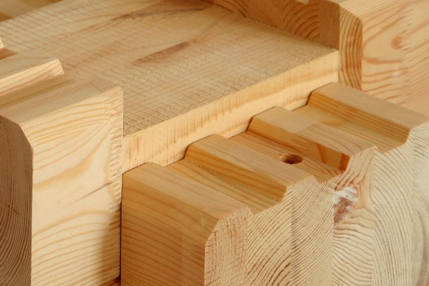 У производителя древесины для строительства дома можно приобрести бревна с готовыми пазами