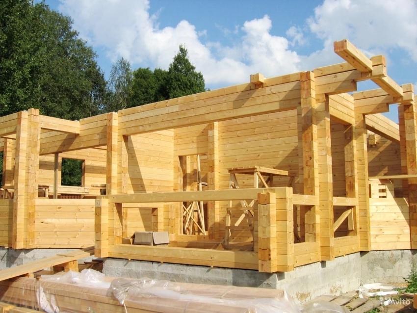 Для того, чтобы здание обладало всеми необходимыми характеристиками, стоит заранее ознакомится с преимуществами и недостатками бруса в качестве материала для строительства