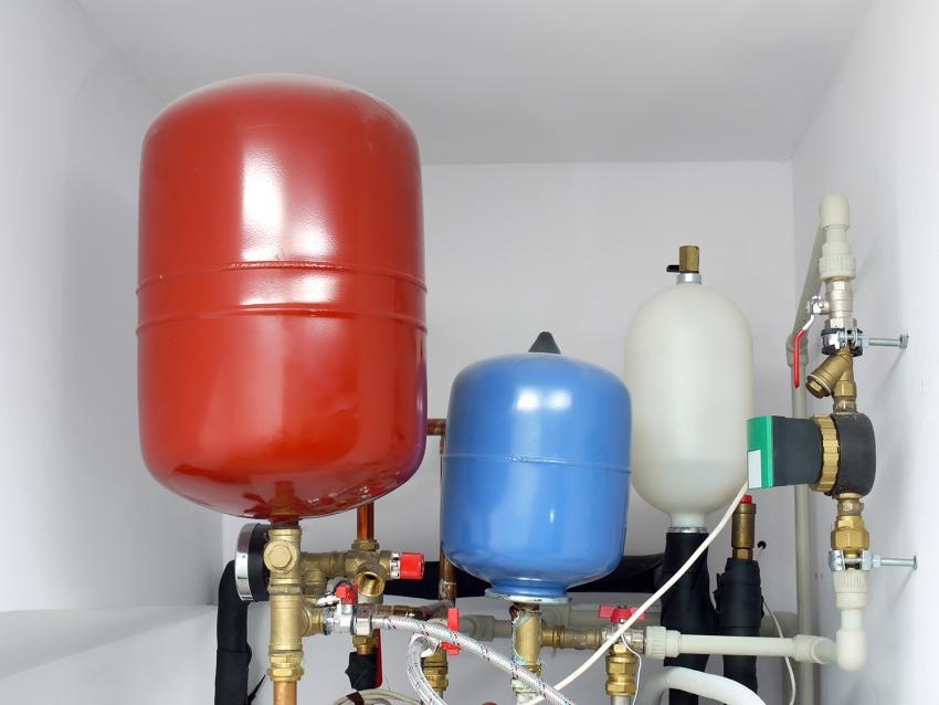 Использование воды в качестве теплоносителя требует монтажа качественной теплоизоляции труб и других элементов системы