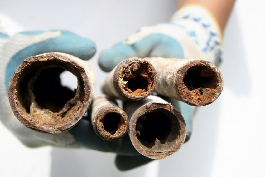 Использование некачественного теплоносителя влечет за собой засорение труб и поломку системы отопления