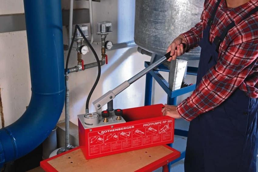Для закачки жидкости в систему используется ручной нанос для опрессовки