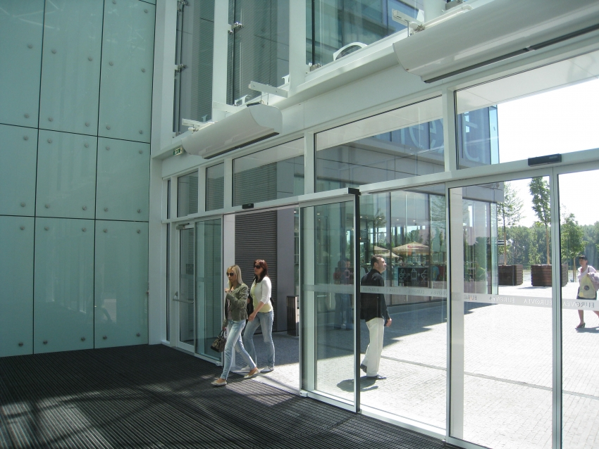При выборе завесы следует обращать внимание на длину устройства, которая должна полностью перекрывать дверной проем