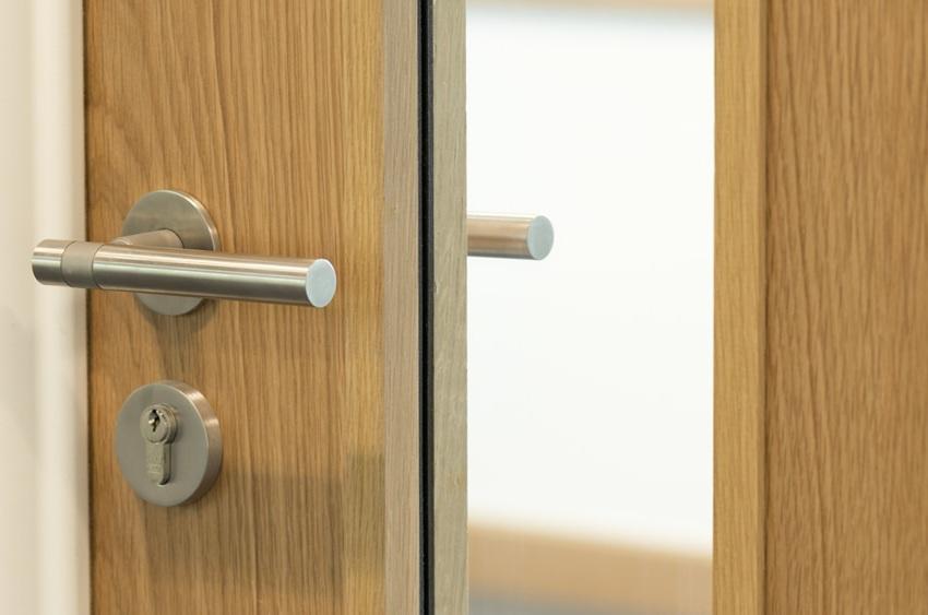 При выборе дверей с терморазрывом следует обратить внимание на качество и особенности внутреннего теплоизоляционного материала