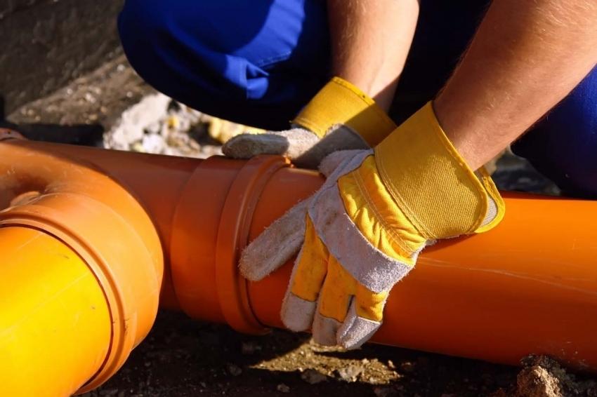 При монтаже системы водоснабжения, следует приобретать только качественные трубы, что позволит продлить срок эксплуатации всего оборудования