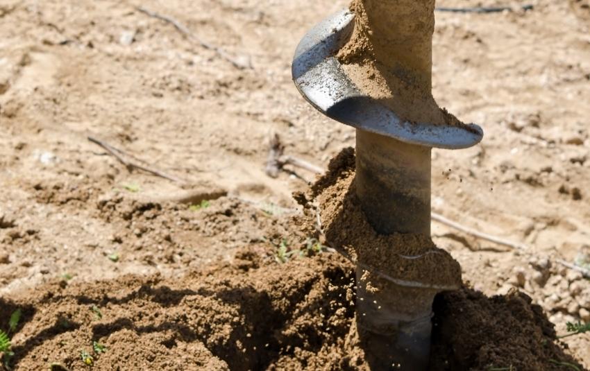 В некоторых случаях для поиска места залегания грунтовых вод проводится тестовое бурение