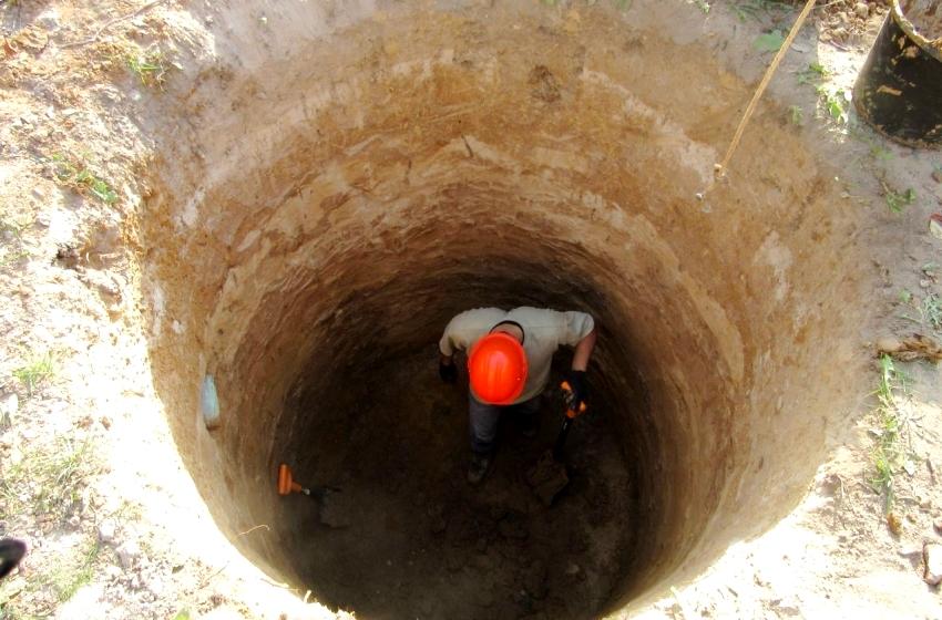 Выкопать яму для колодца можно вручную или с привлечением специальной техники
