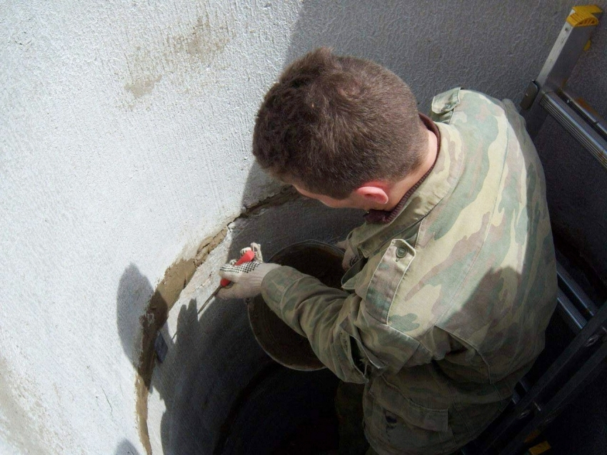 Процесс заделки швов между кольцами быстротвердеющей цементной смесью