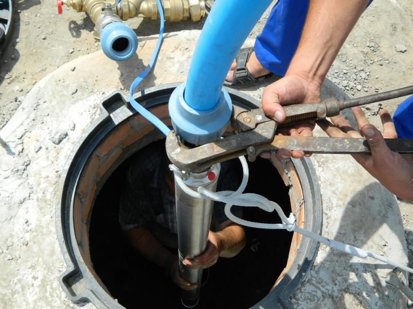 Процесс подключения водопроводной трубы к скважине