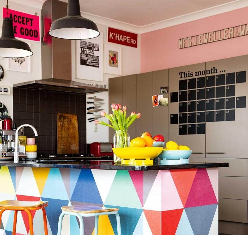 Оформление кухни в ярких оттенках подходит для квартир-студий, тем самым позволяя не перегружать интерьер и создать акцент именно на кухонном помещении