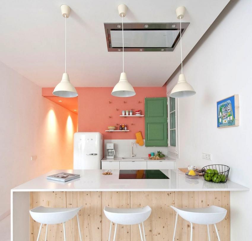 В случае совмещения кухни с гостиной, можно использовать интересные варианты точечной подсветки, тем самым выделяя обеденную зону или место отдыха