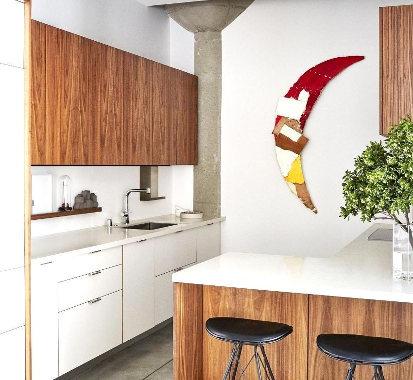 Самым современным приемом при оформлении интерьера кухни является комбинирование природных материалов с белыми глянцевыми поверхностями