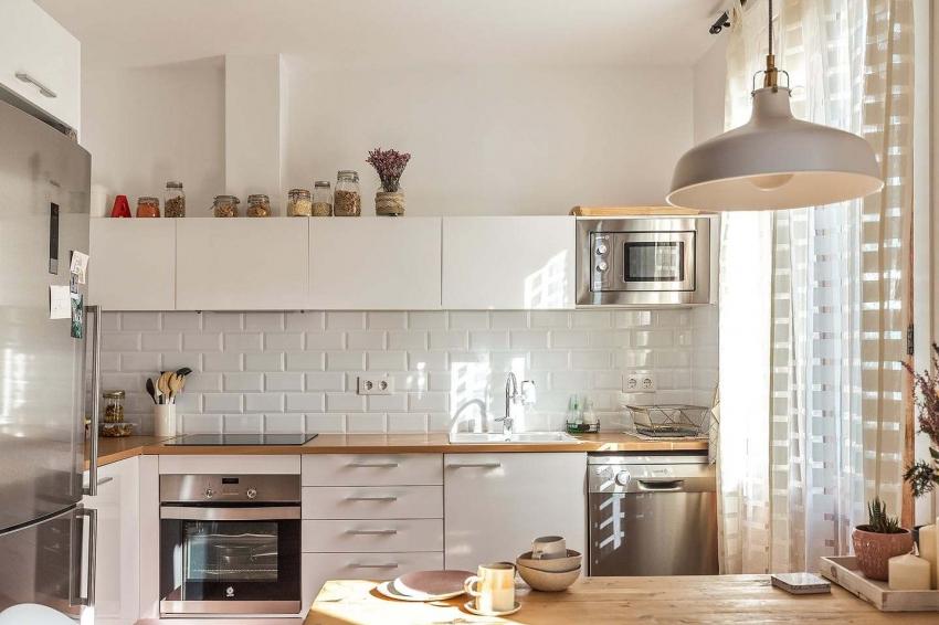 Пример удачного комбинирования светлых пастельных оттенков на кухне