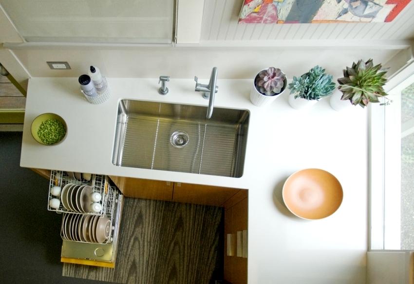 Удачным приемом при оформлении пола для кухни является использование комбинированных материалов например, линолеума и ламината