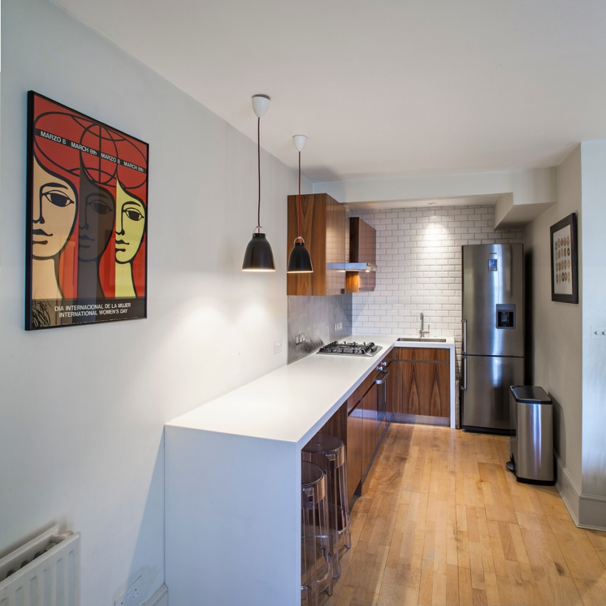 Современные дизайнеры используют проем между кухней и коридором для вынесения некоторой мебели за пределы кухонного помещения чтобы увеличить полезную площадь